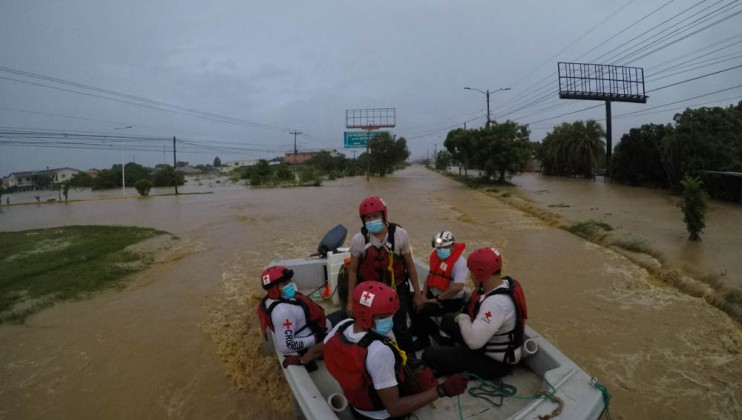 With the arrival of Eta, the network of Red Cross volunteers was activated in each municipality to provide initial support to those affected. Response units were prepositioned and deployed alongside rescue boats, ambulances and all logistics and specialized human resources available for rescue, evacuation, and relief operations.  Credits: Honduran Red Cross | Natalie Acosta